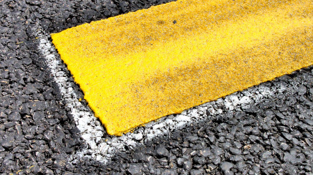 Gelbe-Fahrbahnmarkierung-Heroshot.jpg
